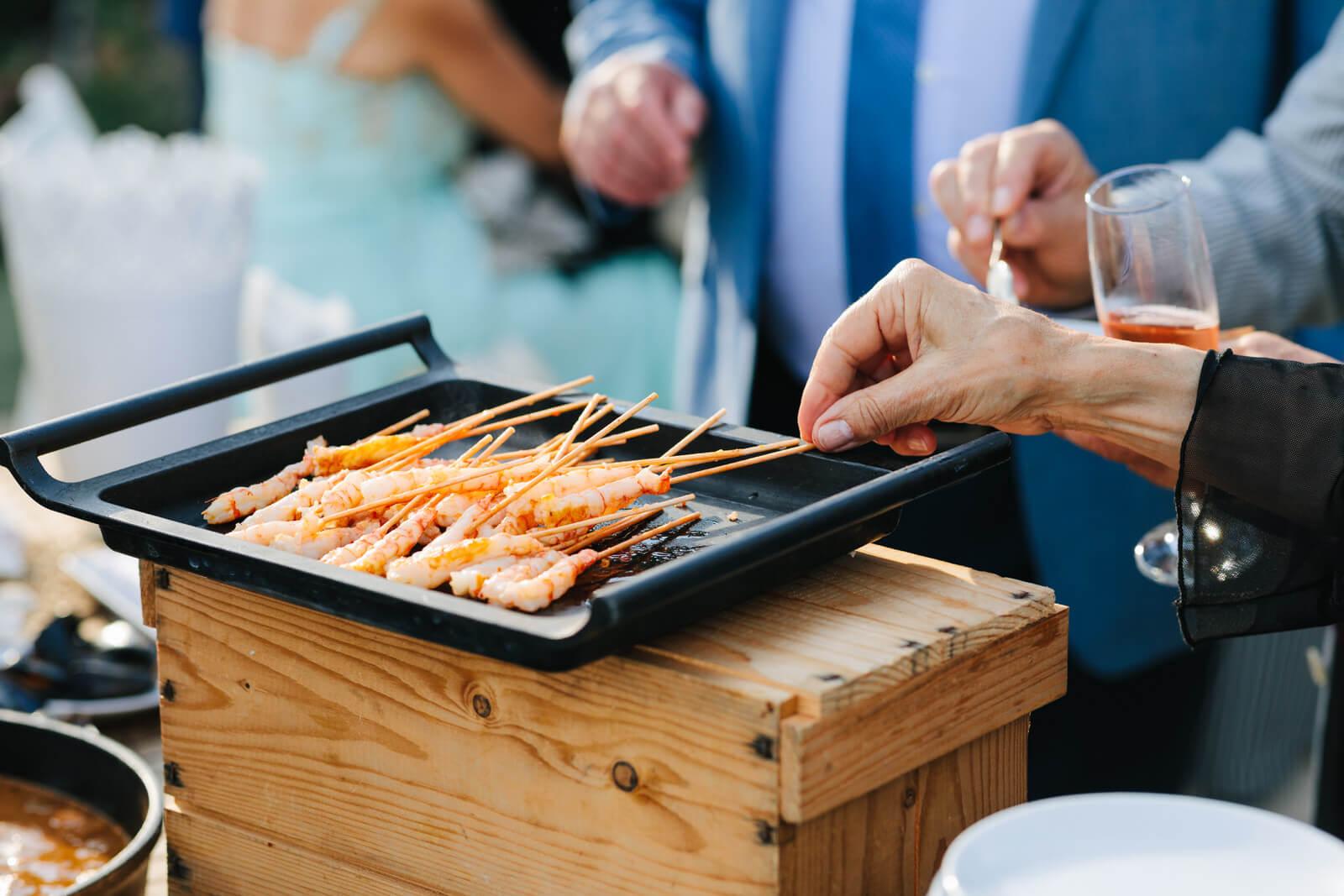 Grupo comensales deleitándose con catering para bodas Tarragona